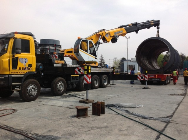 knuckle boom crane lifting pipes